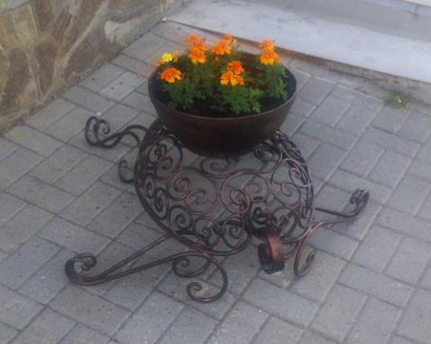 Кованая напольная цветочница