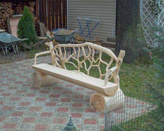 Деревянная скамейка в сад