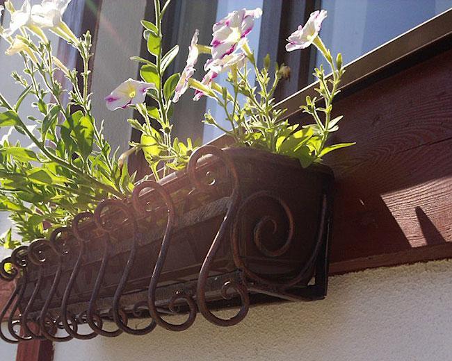 Кованые оконные цветочницы