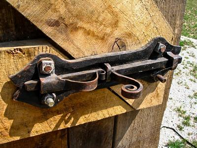 Кованый засов на дверь